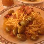 primo spaghetti aglio olio e peperoncino con guanciale e olive