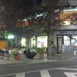 Restaurante y la calle peatonal por donde entras al hotel