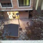 Vista terraza y calle peatonal desde habitación 302