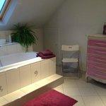 Une salle de bains superbe, spacieuse et aux teintes délicatement violines.