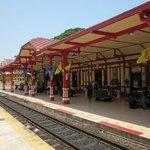 Den vackra gamla tågstationen, utsmyckad med snirklig thai arkitektur.