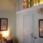 Particolare camera, porta del bagno e deciso soprastante raffigurante un finto soppalco!!!! Bell