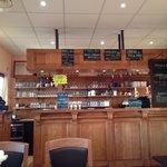 Côté bar (accueil) des lieux. Intérieur en boiseries, assez cosi. Taille de restaurant très agré