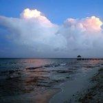 spiaggia e mare al tramonto