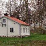 Den hvide villa, hvor der er eget bad og toilet til værelserne.