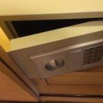 Safety deposit box yang terlalu kecil