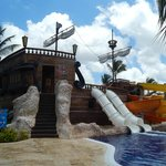 Dans la piscine pour les jeunes