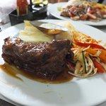 Costilla de cerdo BBQ con yuca al vapor y verdura salteada