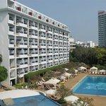 Вид на здание отеля и большой бассейн