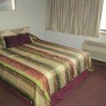 2. Queensize Bett und Fenster zum Hof