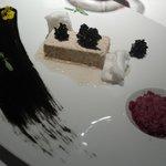 Turrón de foie - gras con matices de manzana, vino tin to y crocan de sésamo negro