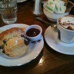 Cappuccino e scones al cioccolato