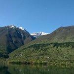 Lago con sfondo montagne innevate