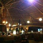 Restaurant Innenbereich mit der Bar in der Mitte, Tische sind rundum