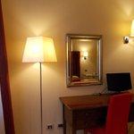 specchio e luci della camera da letto