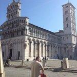 Situata in pieno centro di Lucca, lascia a bocca aperta la facciata maestosa.