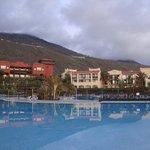 zicht op hotel vanaf zwembaden