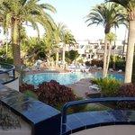 Vista piscina dalla verandina della camera.
