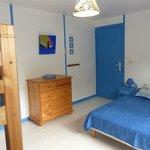 Chambre bleue, climatisée, avec un lit double 140 et 2 lits simples superposés