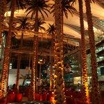Højt til loftet og palmer (kunstige) i foyeren