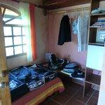 offener Kleiderschrank, Minibar und Safe