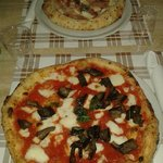 Pizza con le melanzane e pizza con bordo ripieno