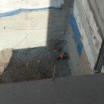 Construcción pegada al hotel, martillos neumáticos todo el día.