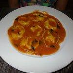Ravioli de mussarela de búfala ao molho de tomate.