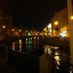 Pushka Inn et canaux la nuit à Saint-Pétersbourg