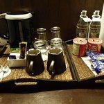コーヒーセットは毎日補充。お水2本付きです。