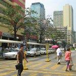 На улице Манилы перед отелем