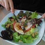 ensalada de queso de cabra, frutos secos y vinagrets de mostaza y miel