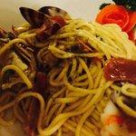 Spaghetti con vongole veraci, gamberi, tonno, pomodorini e pesto.
