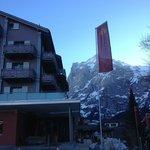 Ingang hotel en uitzicht op rotsmassief