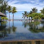 Vue de la réception sur la piscine et la plage