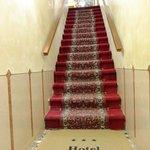 Вход в отель. По всему отелю такие лестницы, номера на третьем этаже