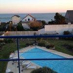 vue sur la piscine et la mer