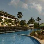 Blick vom Pool auf einen Teil des Hotels