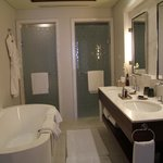 Ванная комната (двери в туалет и душ)