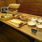 Desayuno buffet - variedades de panes y pasteles caseros