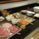 Desayuno buffet - variedad de embutidos, pescados ahumados
