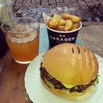 Hambúrguer vegetariano com batatas fritas e suco de uvas brancas