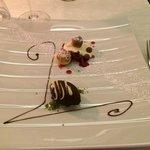Glasiertes Mousse von der Valrhonaschokolade mit Rhabarber, Baierstörtchen und Vanillecreme
