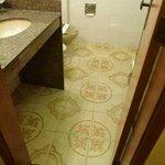 banheiro amplo com lindo piso