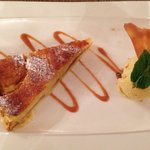 Menu bienvenu, dessert, apple and pear tart with ice cream