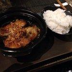 Pesce caramellato accompagnato da riso.