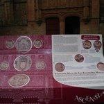 panel explicativo de la fachada en el Patio de las Escuelas