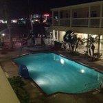 piscine chauffee en soiree.