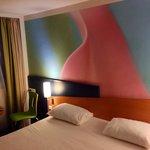 Lit King size et tête de lit très colorée !
