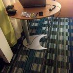 La petite table est trop juste pour poser un PC portable et travailler...